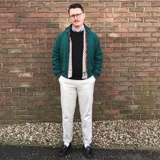 Cómo combinar: pantalón chino en beige, camisa de manga larga celeste, jersey con cuello circular negro, cazadora harrington verde oscuro