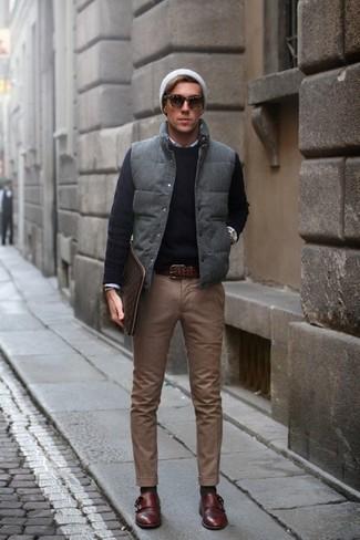 Combinar un chaleco de abrigo acolchado en gris oscuro: Utiliza un chaleco de abrigo acolchado en gris oscuro y un pantalón chino marrón para cualquier sorpresa que haya en el día. ¿Te sientes ingenioso? Dale el toque final a tu atuendo con zapatos con doble hebilla de cuero en marrón oscuro.