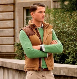 Cómo combinar: pantalón chino en beige, camisa de manga larga de tartán blanca, jersey con cuello circular verde, chaleco de abrigo marrón