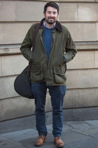 Outfits hombres: Para crear una apariencia para un almuerzo con amigos en el fin de semana empareja una chaqueta con cuello y botones verde oscuro con un pantalón chino azul marino. Con el calzado, sé más clásico y elige un par de zapatos oxford de cuero marrónes.