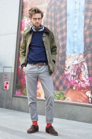 Combinar unos zapatos oxford de ante en marrón oscuro: Casa una chaqueta con cuello y botones verde oliva con un pantalón chino gris para un almuerzo en domingo con amigos. Dale onda a tu ropa con zapatos oxford de ante en marrón oscuro.