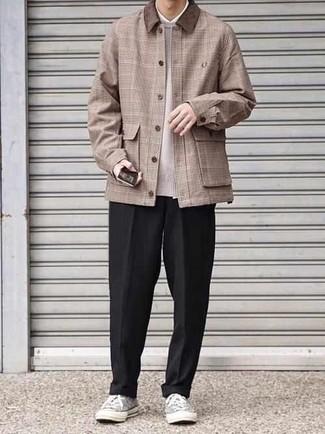 Combinar unos tenis de lona grises: Intenta ponerse una chaqueta estilo camisa de tartán marrón claro y un pantalón chino negro para un look diario sin parecer demasiado arreglada. Si no quieres vestir totalmente formal, elige un par de tenis de lona grises.