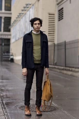 Combinar unas botas casual de cuero marrón claro: Si buscas un look en tendencia pero clásico, haz de una chaqueta estilo camisa azul marino y un pantalón chino negro tu atuendo. Botas casual de cuero marrón claro son una opción inigualable para completar este atuendo.