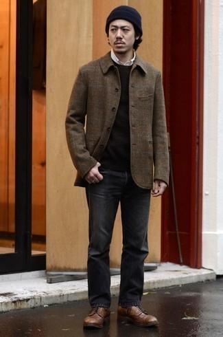 Outfits hombres en otoño 2020: Ponte una chaqueta estilo camisa de lana de tartán marrón y unos vaqueros en gris oscuro para conseguir una apariencia relajada pero elegante. ¿Te sientes valiente? Completa tu atuendo con zapatos derby de cuero marrónes. Si tu en busca de un look otoñal, esta es una idea para ti.