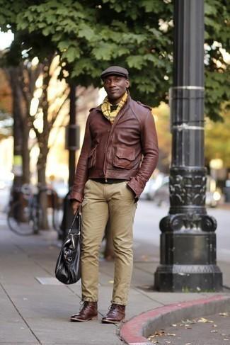 Outfits hombres en clima frío: Para un atuendo que esté lleno de caracter y personalidad empareja una chaqueta motera de cuero marrón con un pantalón chino marrón claro. Con el calzado, sé más clásico y opta por un par de botas casual de cuero burdeos.