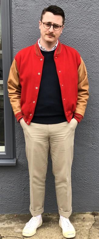 Cómo combinar: pantalón chino en beige, camisa de manga larga blanca, jersey con cuello circular negro, chaqueta varsity roja