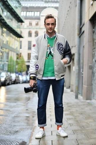 Combinar unos calcetines naranjas: Elige una chaqueta varsity gris y unos calcetines naranjas transmitirán una vibra libre y relajada. Con el calzado, sé más clásico y complementa tu atuendo con tenis de lona blancos.