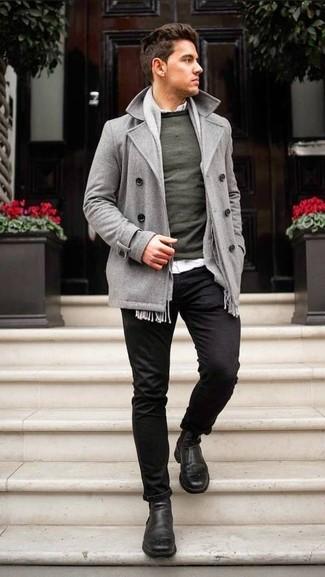 Cómo combinar: pantalón chino negro, camisa de manga larga blanca, jersey con cuello circular verde oscuro, chaquetón gris