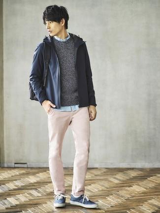 Cómo combinar: pantalón chino rosado, camisa de manga larga celeste, jersey con cuello circular en gris oscuro, chubasquero azul marino