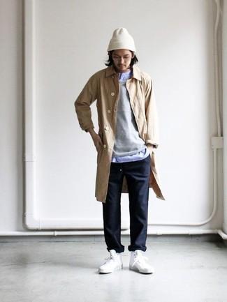 Cómo combinar: pantalón chino negro, camisa de manga larga celeste, jersey con cuello circular gris, chubasquero marrón claro