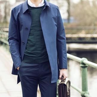 Cómo combinar: pantalón de vestir azul marino, camisa de manga larga blanca, jersey con cuello circular verde oscuro, gabardina azul marino
