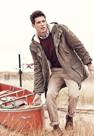 Combinar una parka en marrón oscuro: Elige una parka en marrón oscuro y un pantalón chino en beige para lidiar sin esfuerzo con lo que sea que te traiga el día. Opta por un par de zapatos derby de cuero en marrón oscuro para mostrar tu inteligencia sartorial.