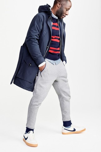Cómo combinar: pantalón de chándal gris, camisa de manga larga de rayas verticales celeste, jersey con cuello circular de rayas horizontales en azul marino y rojo, parka azul marino