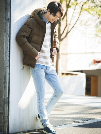 Combinar un plumífero en marrón oscuro: Si buscas un look en tendencia pero clásico, usa un plumífero en marrón oscuro y unos vaqueros celestes. Tenis de lona azul marino añadirán interés a un estilo clásico.