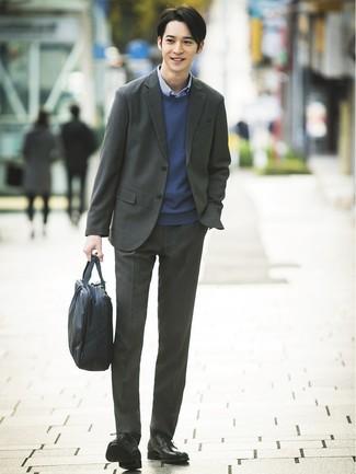 Cómo combinar: zapatos derby de cuero negros, camisa de manga larga de cuadro vichy azul, jersey con cuello circular azul marino, traje en gris oscuro