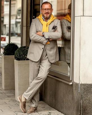Look de moda: Mocasín de ante en beige, Camisa de manga larga celeste, Jersey con cuello circular amarillo, Traje en beige