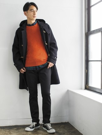 Cómo combinar: pantalón chino en gris oscuro, camisa de manga larga de tartán en azul marino y verde, jersey con cuello circular naranja, trenca negra