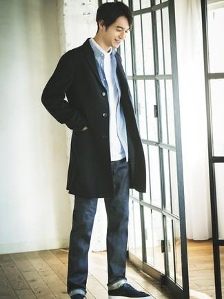 Cómo combinar: vaqueros azul marino, camisa de manga larga de cuadro vichy azul, jersey de cuello alto blanco, abrigo largo negro