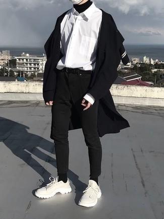 Cómo combinar: vaqueros pitillo negros, camisa de manga larga blanca, jersey de cuello alto negro, abrigo largo negro