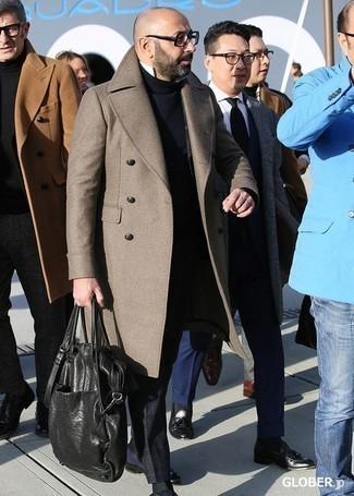 Combinar un pantalón chino de tartán azul marino: Casa un abrigo largo marrón con un pantalón chino de tartán azul marino para crear un estilo informal elegante. Con el calzado, sé más clásico y elige un par de zapatos con doble hebilla de cuero azul marino.