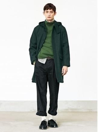 Combinar un pantalón chino de lana en gris oscuro: Emparejar un abrigo largo verde oscuro con un pantalón chino de lana en gris oscuro es una opción buena para un día en la oficina. ¿Quieres elegir un zapato informal? Elige un par de botas safari de cuero negras para el día.