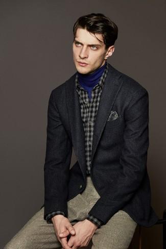 Cómo combinar: pantalón de vestir de lana en beige, camisa de manga larga de franela a cuadros gris, jersey de cuello alto azul, blazer de lana en gris oscuro