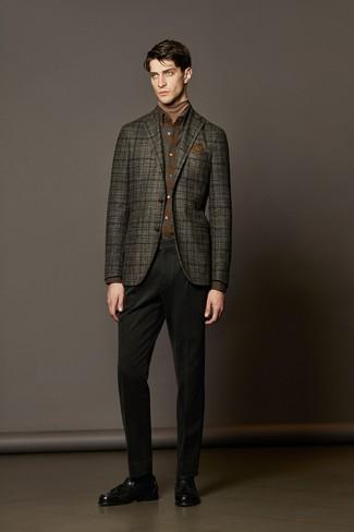 Cómo combinar: pantalón chino negro, camisa de manga larga de franela de tartán marrón, jersey de cuello alto marrón claro, blazer de lana de tartán en gris oscuro