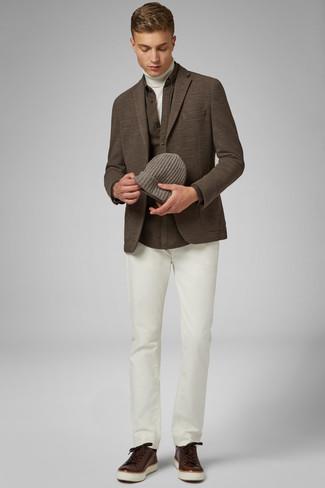 Cómo combinar: pantalón chino blanco, camisa de manga larga marrón, jersey de cuello alto blanco, blazer de punto marrón