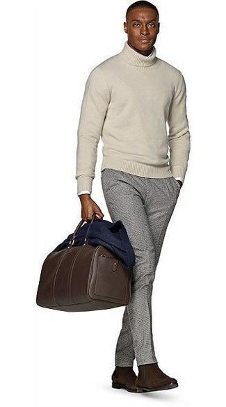 Combinar una bolsa de viaje de cuero en marrón oscuro: Un blazer de lana azul marino y una bolsa de viaje de cuero en marrón oscuro son una opción buena para el fin de semana. ¿Te sientes valiente? Opta por un par de botines chelsea de ante en marrón oscuro.