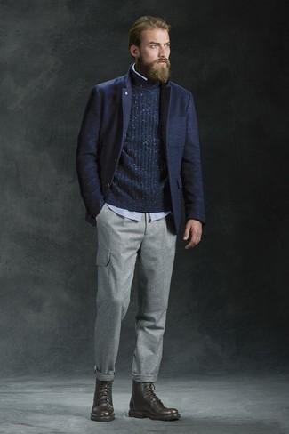 Combinar un jersey de cuello alto: Para un atuendo que esté lleno de caracter y personalidad intenta ponerse un jersey de cuello alto y un pantalón cargo gris. Haz botas casual de cuero en marrón oscuro tu calzado para mostrar tu inteligencia sartorial.