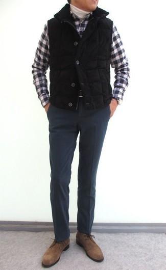 Cómo combinar: pantalón de vestir de lana en gris oscuro, camisa de manga larga de cuadro vichy en negro y blanco, jersey de cuello alto blanco, chaleco de abrigo acolchado negro