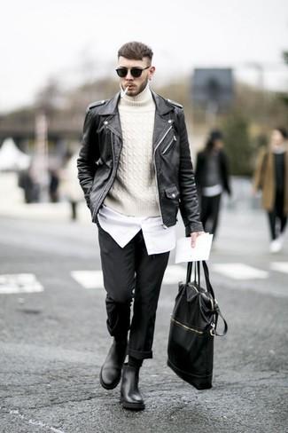 Combinar un jersey de cuello alto de punto blanco en otoño 2020: Elige un jersey de cuello alto de punto blanco y un pantalón chino negro para lidiar sin esfuerzo con lo que sea que te traiga el día. ¿Te sientes valiente? Usa un par de botines chelsea de cuero negros. Es una elección genial si tu buscas un atuendo otoñal.