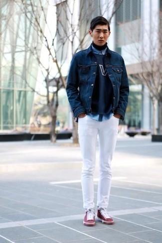 Outfits hombres en otoño 2020: Haz de una chaqueta vaquera azul marino y unos vaqueros blancos tu atuendo para un almuerzo en domingo con amigos. Zapatillas altas de lona burdeos añadirán un nuevo toque a un estilo que de lo contrario es clásico. Una idea apropriada en otoño.