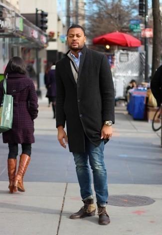 Moda para hombres de 30 años en clima frío: Si buscas un look en tendencia pero clásico, empareja un abrigo largo negro con unos vaqueros azules. Botas casual de cuero en marrón oscuro son una opción inigualable para completar este atuendo.