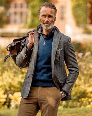 Combinar una camisa de manga larga azul marino: Ponte una camisa de manga larga azul marino y un pantalón chino de pana marrón claro para una vestimenta cómoda que queda muy bien junta.