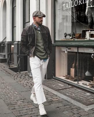 Combinar unas zapatillas altas de lona blancas: Empareja una cazadora de aviador de ante en gris oscuro con unos vaqueros blancos para una apariencia fácil de vestir para todos los días. Haz este look más informal con zapatillas altas de lona blancas.