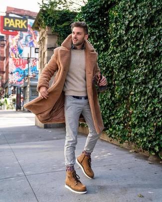 Cómo combinar: pantalón chino gris, camisa de manga larga de tartán azul marino, jersey de ochos en beige, abrigo de piel marrón claro