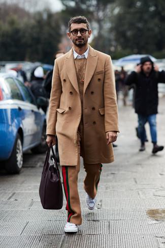 Cómo combinar: pantalón de vestir de lana marrón claro, camisa de manga larga blanca, jersey de ochos marrón claro, abrigo largo marrón claro