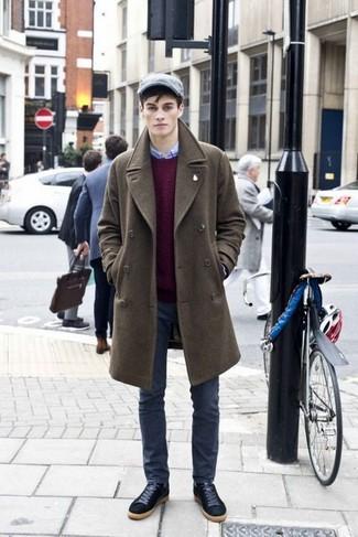 Outfits hombres: Haz de un abrigo largo verde oliva y unos vaqueros en gris oscuro tu atuendo para un lindo look para el trabajo. ¿Quieres elegir un zapato informal? Complementa tu atuendo con tenis de ante negros para el día.