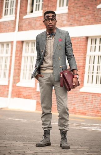 Cómo combinar: pantalón de vestir de lana marrón, camisa de manga larga estampada azul marino, jersey de ochos en beige, blazer cruzado de lana gris