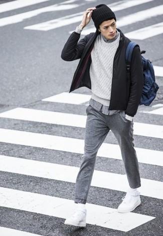 Cómo combinar: pantalón de chándal gris, camisa de manga larga de cuadro vichy en blanco y negro, jersey de ochos blanco, cazadora de aviador negra