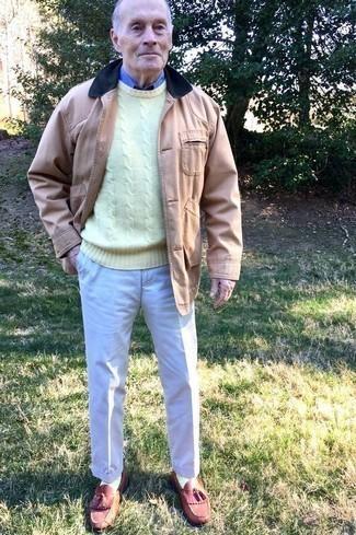 Combinar una chaqueta con cuello y botones marrón claro: Ponte una chaqueta con cuello y botones marrón claro y un pantalón de vestir en beige para un perfil clásico y refinado. Mocasín con borlas de cuero burdeos son una opción grandiosa para completar este atuendo.
