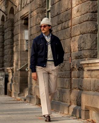 Cómo combinar: pantalón chino en beige, camisa de manga larga de rayas verticales celeste, jersey de ochos en beige, chaqueta estilo camisa azul marino