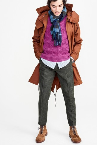 Cómo combinar: pantalón de vestir de lana en gris oscuro, camisa de manga larga de rayas verticales celeste, jersey de ochos morado, parka con cola de pez en tabaco