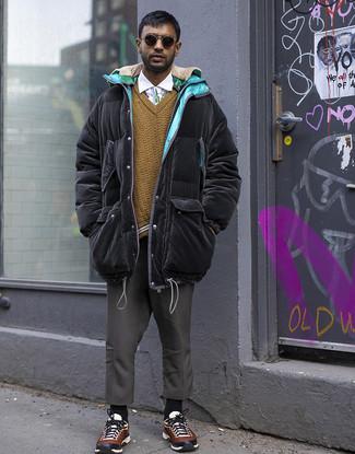 Combinar un abrigo de plumón: Para un atuendo que esté lleno de caracter y personalidad intenta combinar un abrigo de plumón con un pantalón chino en gris oscuro. ¿Quieres elegir un zapato informal? Completa tu atuendo con deportivas en multicolor para el día.