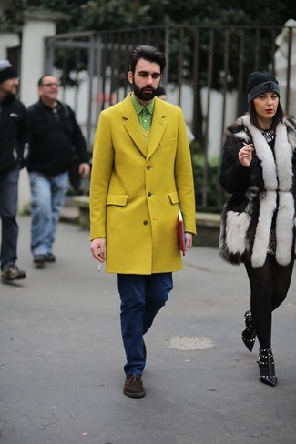 Cómo combinar: vaqueros azul marino, camisa de manga larga a lunares en verde menta, jersey de pico amarillo, abrigo largo amarillo