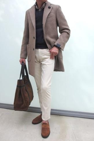 Cómo combinar: pantalón chino en beige, camisa de manga larga de cuadro vichy en marrón oscuro, jersey de pico negro, abrigo largo en beige