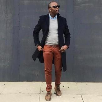 Outfits hombres en clima frío: Considera ponerse un abrigo largo azul marino y un pantalón chino en tabaco para crear un estilo informal elegante. ¿Quieres elegir un zapato informal? Opta por un par de botas safari de ante marrónes para el día.