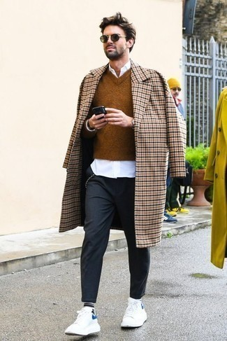 Outfits hombres: Si buscas un look en tendencia pero clásico, empareja un abrigo largo a cuadros en beige con un pantalón chino en gris oscuro. Tenis de cuero blancos añaden un toque de personalidad al look.