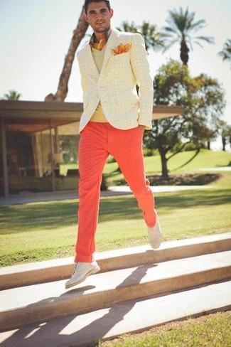 Cómo combinar: pantalón chino rojo, camisa de manga larga de tartán amarilla, jersey de pico amarillo, blazer estampado amarillo